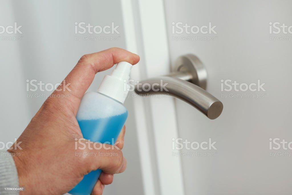 문 손잡이를 소독하는 남자 - 로열티 프리 강박 스톡 사진
