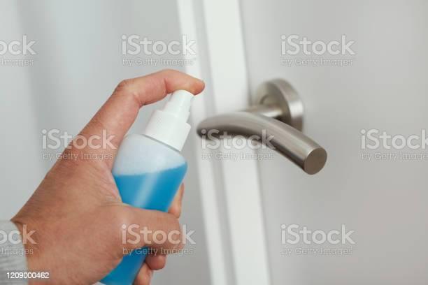 문 손잡이를 소독하는 남자 강박에 대한 스톡 사진 및 기타 이미지