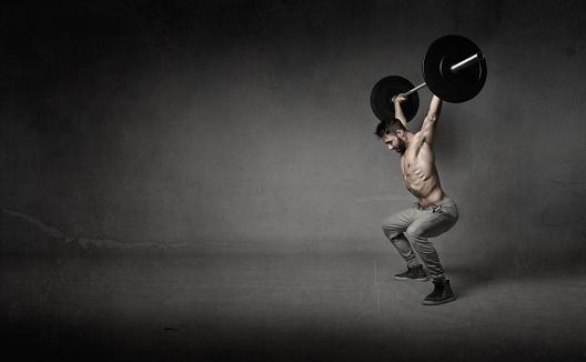 istock man do crosslifting 538337112