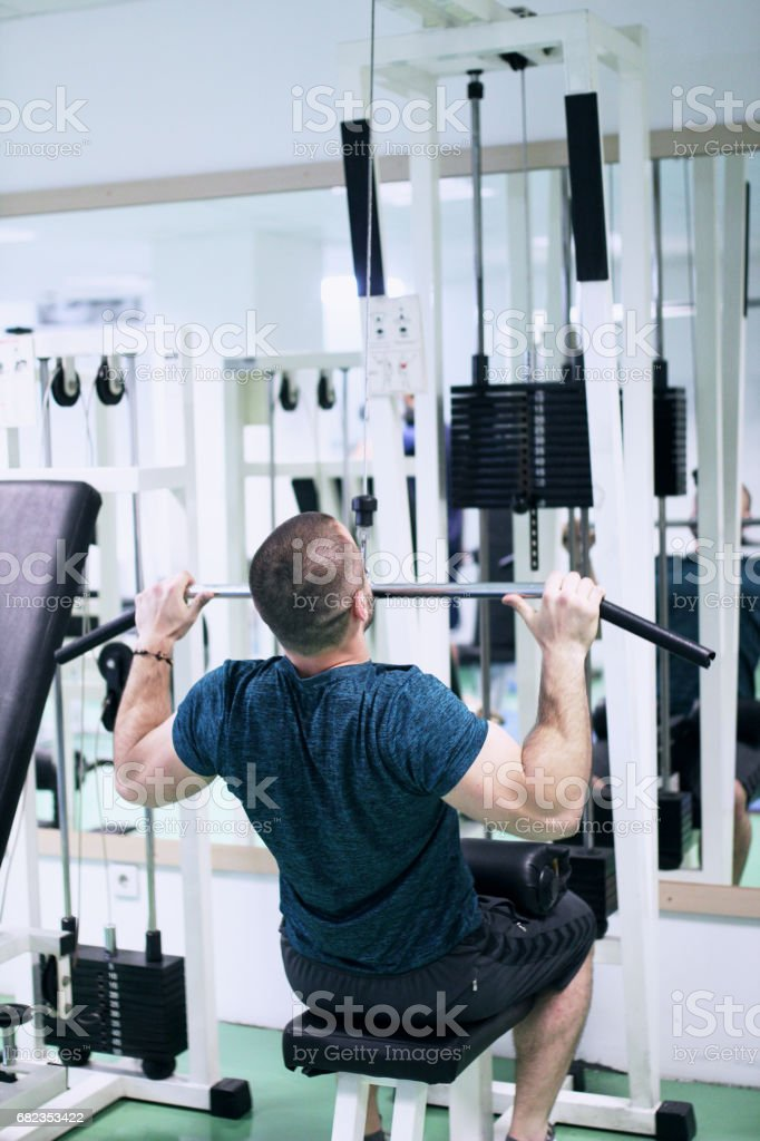 Man doen oefening in sportschool royalty free stockfoto