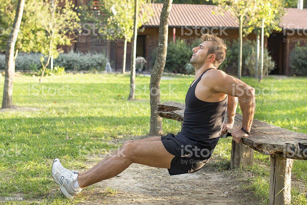 Hombre haciendo ejercicio en el parque. - Foto de stock de Actividad libre de derechos