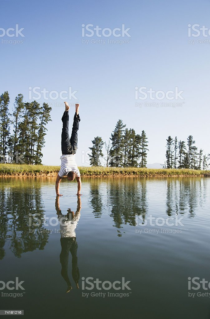 Homem dando Fazer o pino na água foto de stock royalty-free