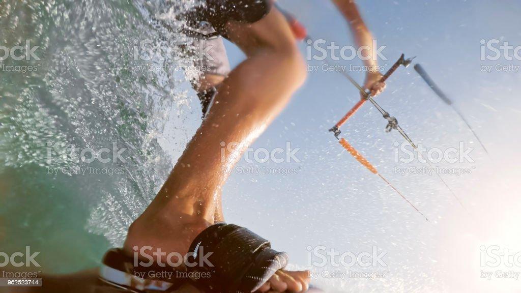 Homem fazendo Kitesurf - Foto de stock de 25-30 Anos royalty-free