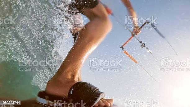 Foto de Homem Fazendo Kitesurf e mais fotos de stock de 25-30 Anos