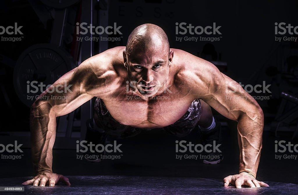 Hombre haciendo Pushups foto de stock libre de derechos