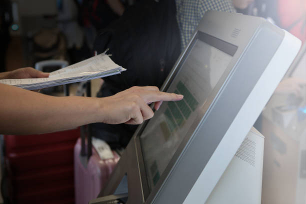 man doing self-registration for flight with e-ticket - biglietteria automatica foto e immagini stock