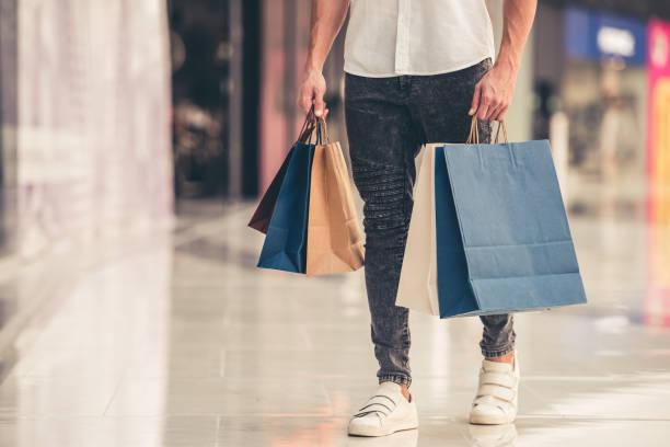 Hombre haciendo de compras - foto de stock