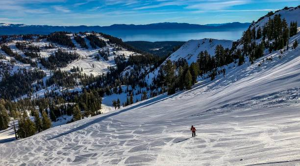 mann-skifahren in lake tahoe, nevada - lake tahoe winter stock-fotos und bilder