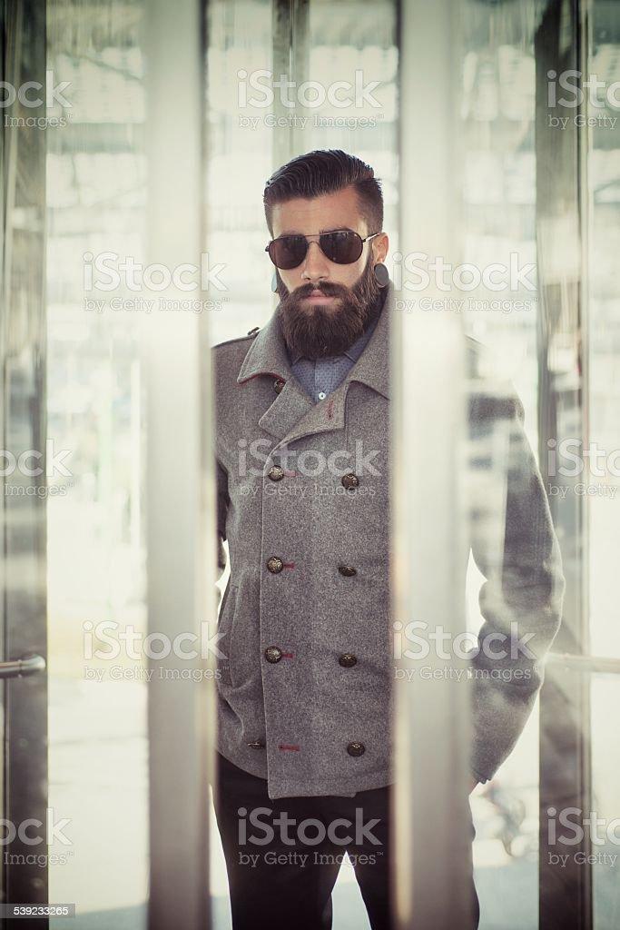 Hipster en un ascensor PANORÁMICA foto de stock libre de derechos