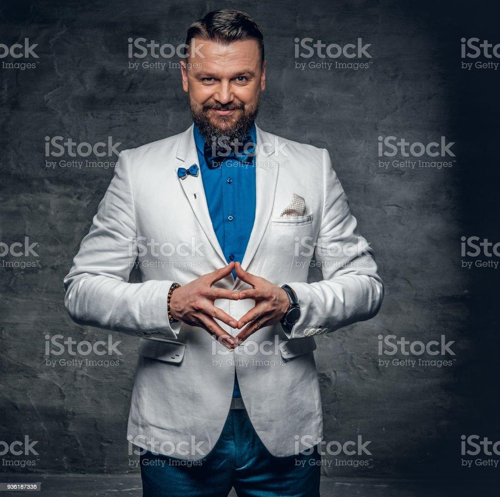 3a25d46dd Un Hombre Vestido Con Una Camisa Azul Chaqueta Blanca Y Pajarita ...