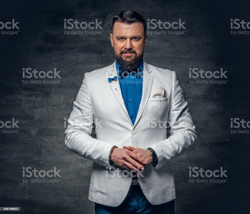Vestido azul con chaqueta blanca