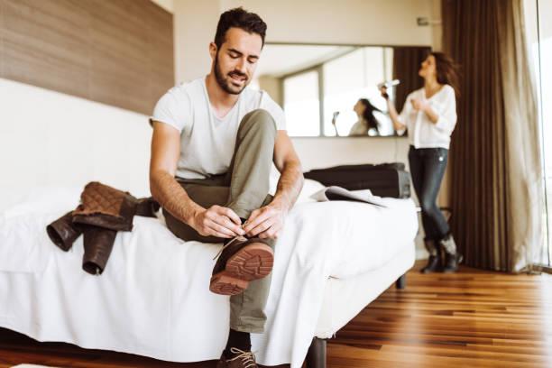 homme habiller vers le haut dans la chambre d'hôtel - Photo