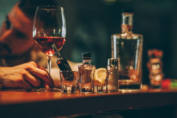 Boire l'homme seul au bar - Photo