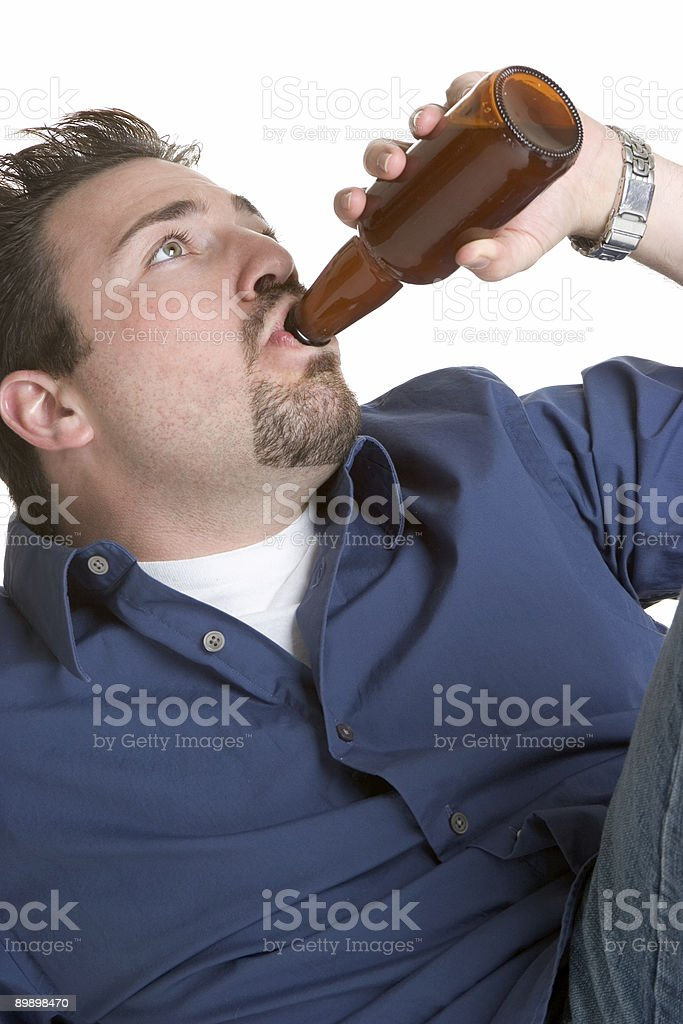 Man drinking beer royalty free stockfoto
