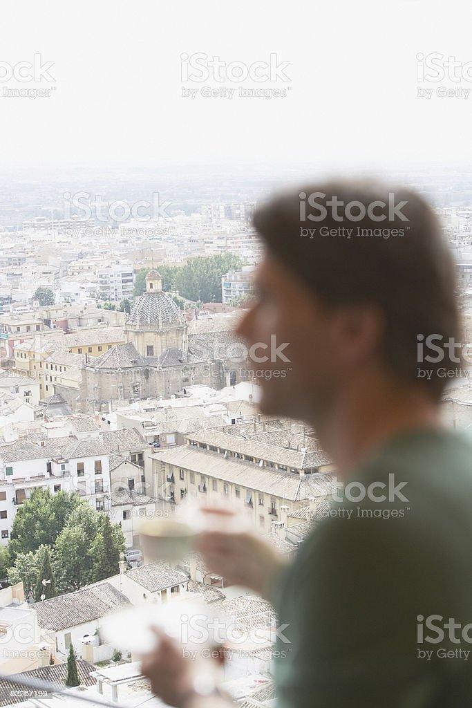 Człowiek pije kawę na balkon zbiór zdjęć royalty-free