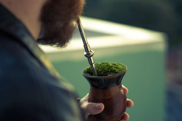 Menschen trinken das traditionelle Getränk der Gauchos - die chimarrao – Foto
