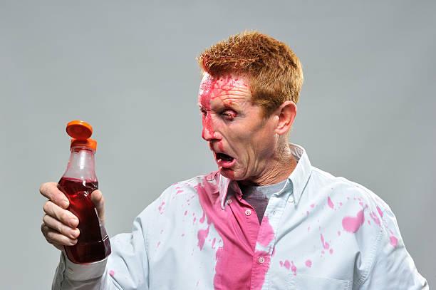 Mann Tropfen von ketchup Flasche Heraussprühen – Foto