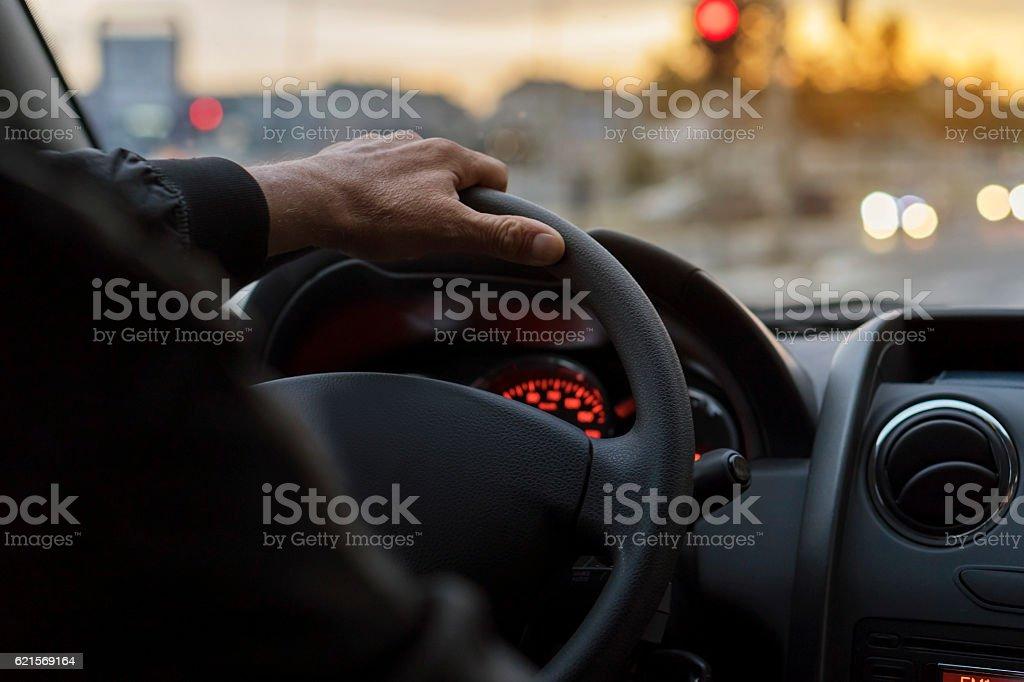 Homme au volant d'une voiture  photo libre de droits