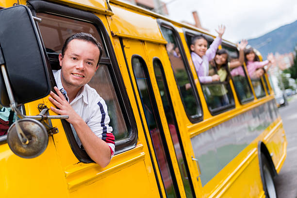 Homme au volant d'un bus scolaire - Photo