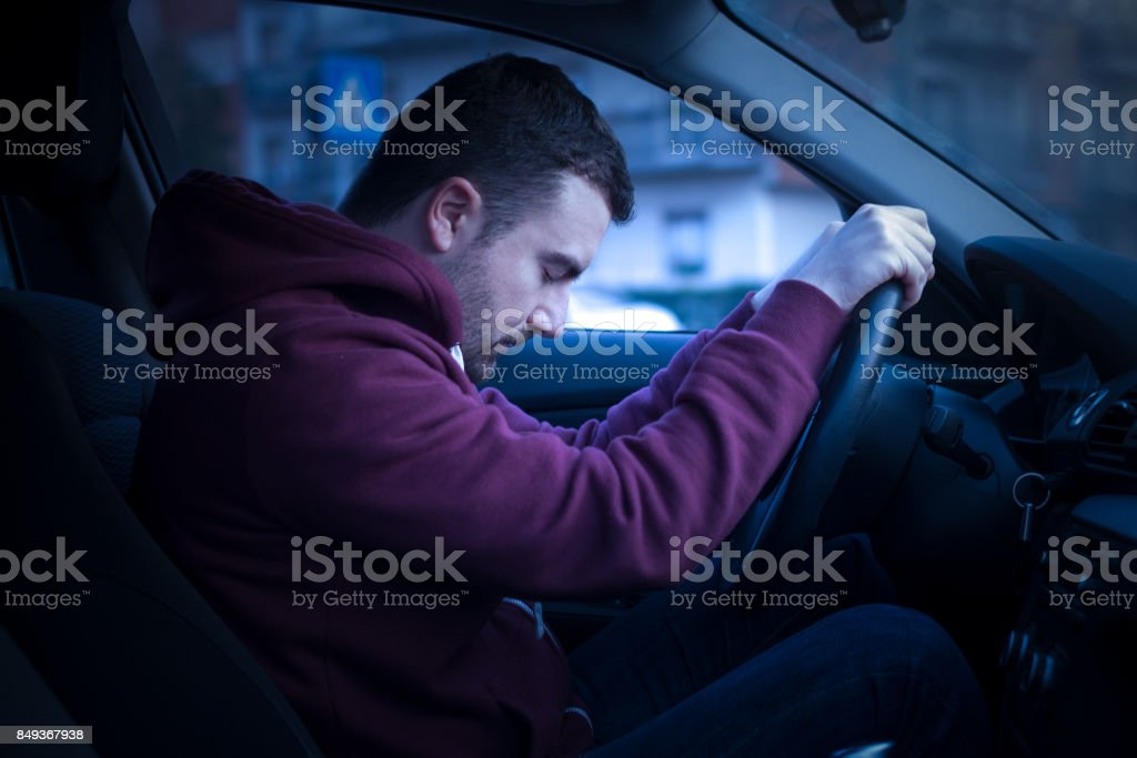 Hombre conduciendo coche y dormirse foto de stock libre de derechos