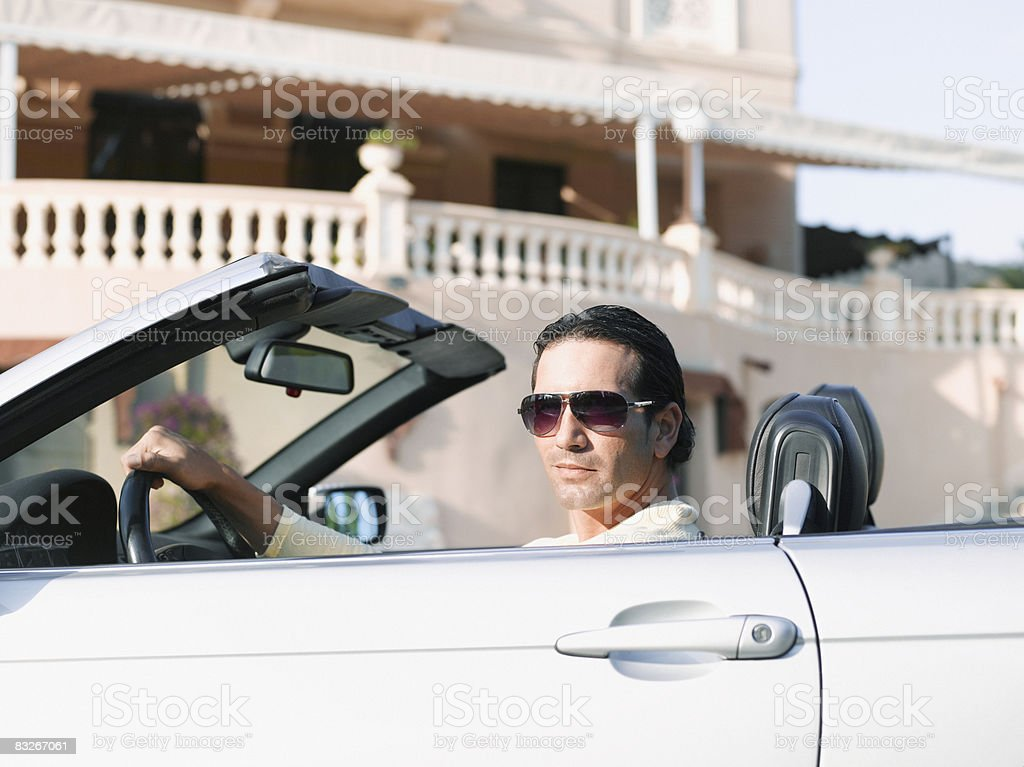 Homme au volant convertible photo libre de droits