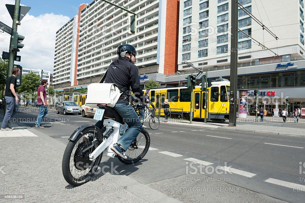 Hombre conducción moderno E-Bike en Berlín-Alexanderplatz/Alemania - foto de stock