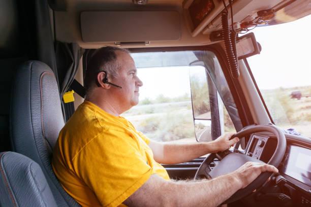 mann fährt auf einer autobahn auf der straße in ländlicher landschaft - pickup trucks stock-fotos und bilder
