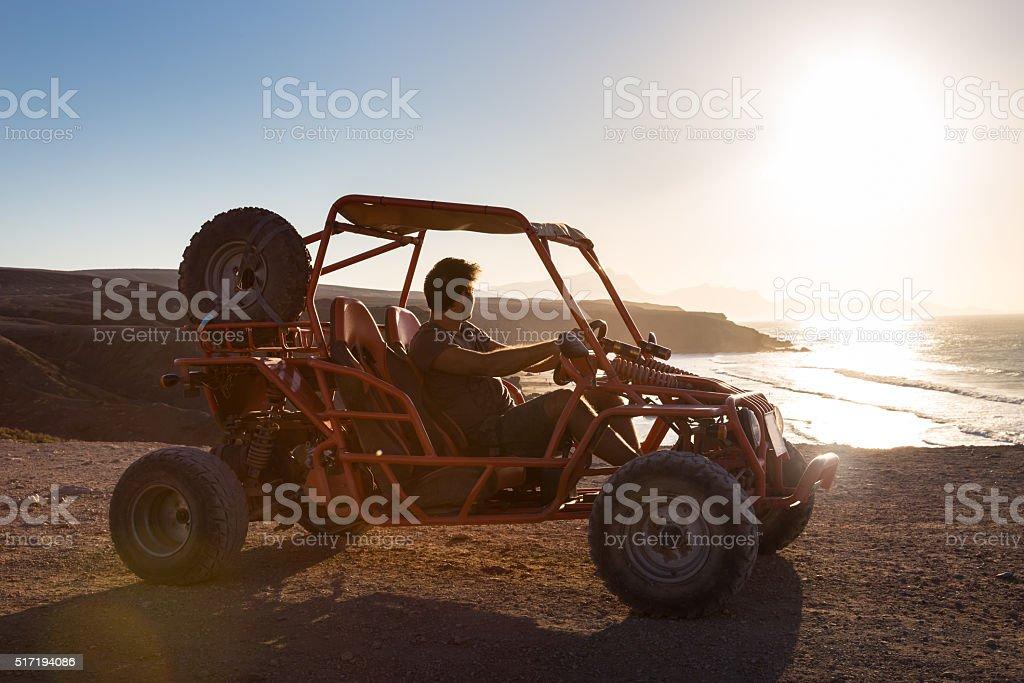 Mann fahren Quadbike im Sonnenuntergang. – Foto
