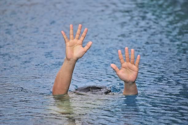 mann übertönte tür swimmingpool schwimmen allein, zeigen zwei hände und bitten um hilfe - sos einzelwort stock-fotos und bilder