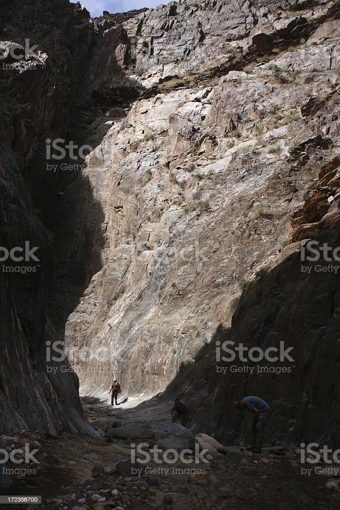 Hombre Dwarfed de cañón foto de stock libre de derechos