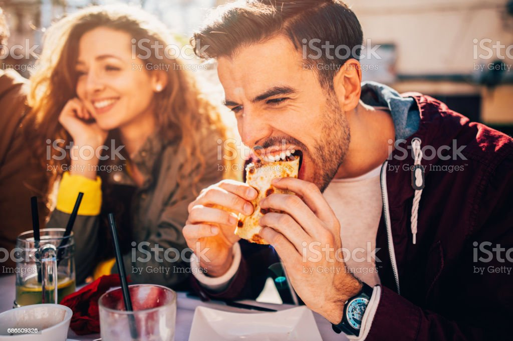 Man eating at a restaurant zbiór zdjęć royalty-free