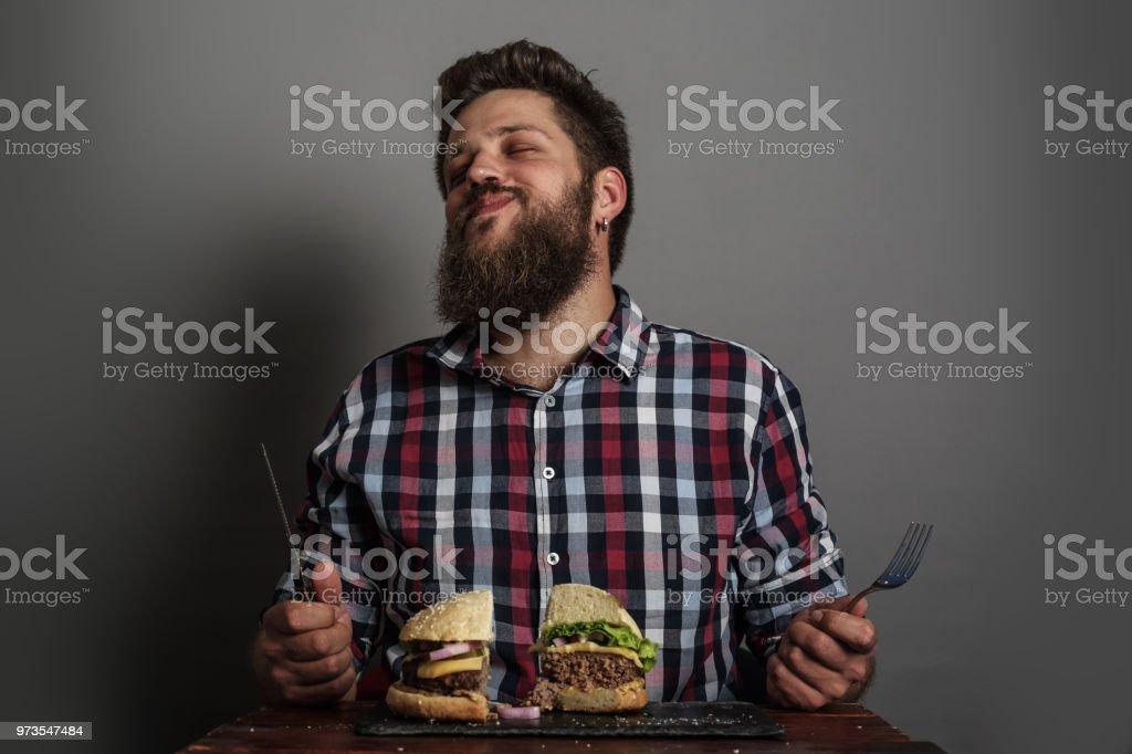 Homme manger un hamburger - Photo