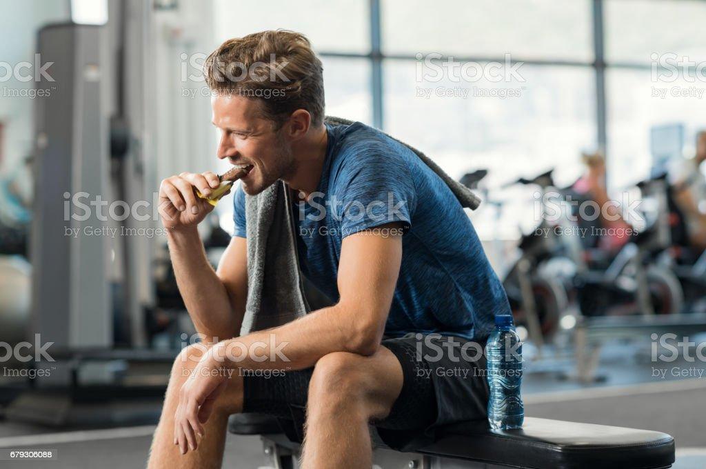 Barra de energia comendo homem - foto de acervo