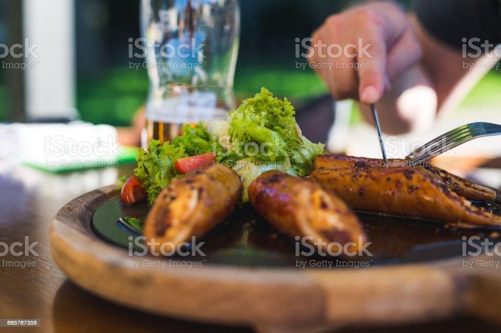 Hombre comer ensalada y carne a la parrilla foto de stock libre de derechos