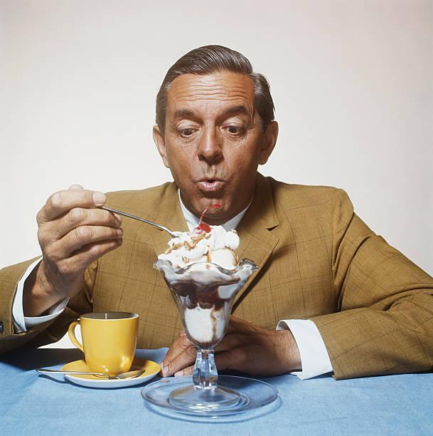 uomo mangiare gelato - foto di ice cream foto e immagini stock