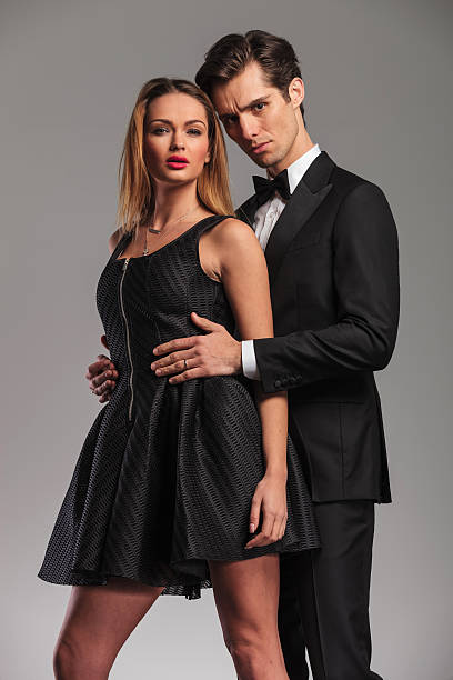 man embacing his woman from behind - knotenkleid stock-fotos und bilder