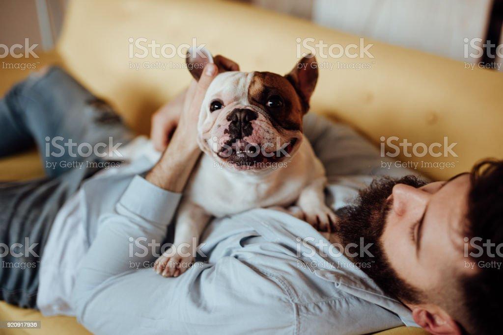 Mann umarmt seinen Hund – Foto