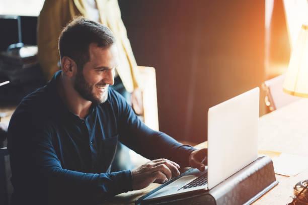 Mann sitzt am Tisch und arbeitet – Foto