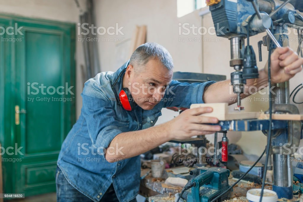 근처 남자 엔지니어 대 본 기계 목수 워크숍에서 가구를 - 로열티 프리 50-59세 스톡 사진