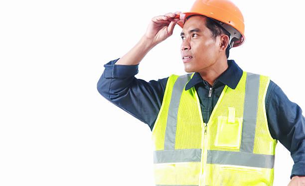 Mann-Ingenieur mit Sicherheit Weste, isoliert auf weißem Hintergrund – Foto