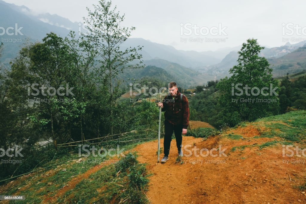 Homme avec sac à dos de randonnée dans les rizières en terrasses du Nord du Vietnam - Photo de Adulte libre de droits