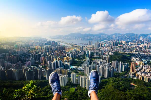 man njuter hong kong utsikten från lion rock - foton med hongkong bildbanksfoton och bilder