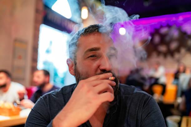 man genieten in de bar van de nacht - mid volwassen mannen stockfoto's en -beelden