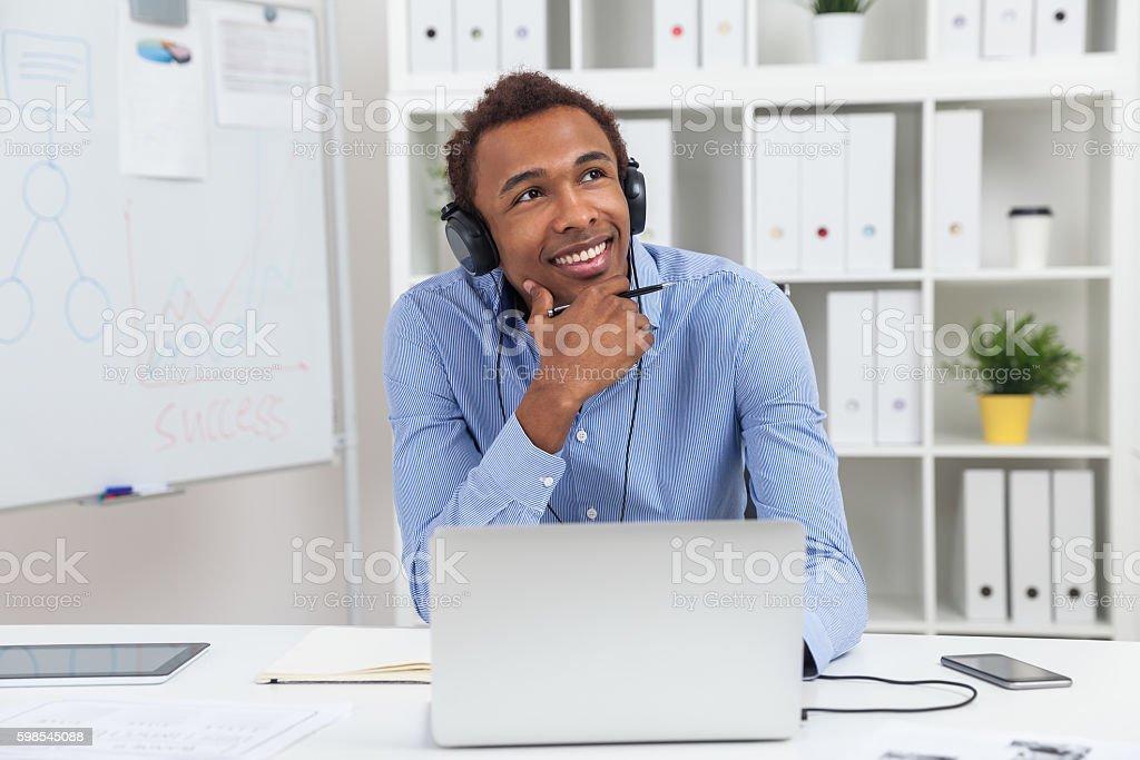 Homme profitant de la musique photo libre de droits