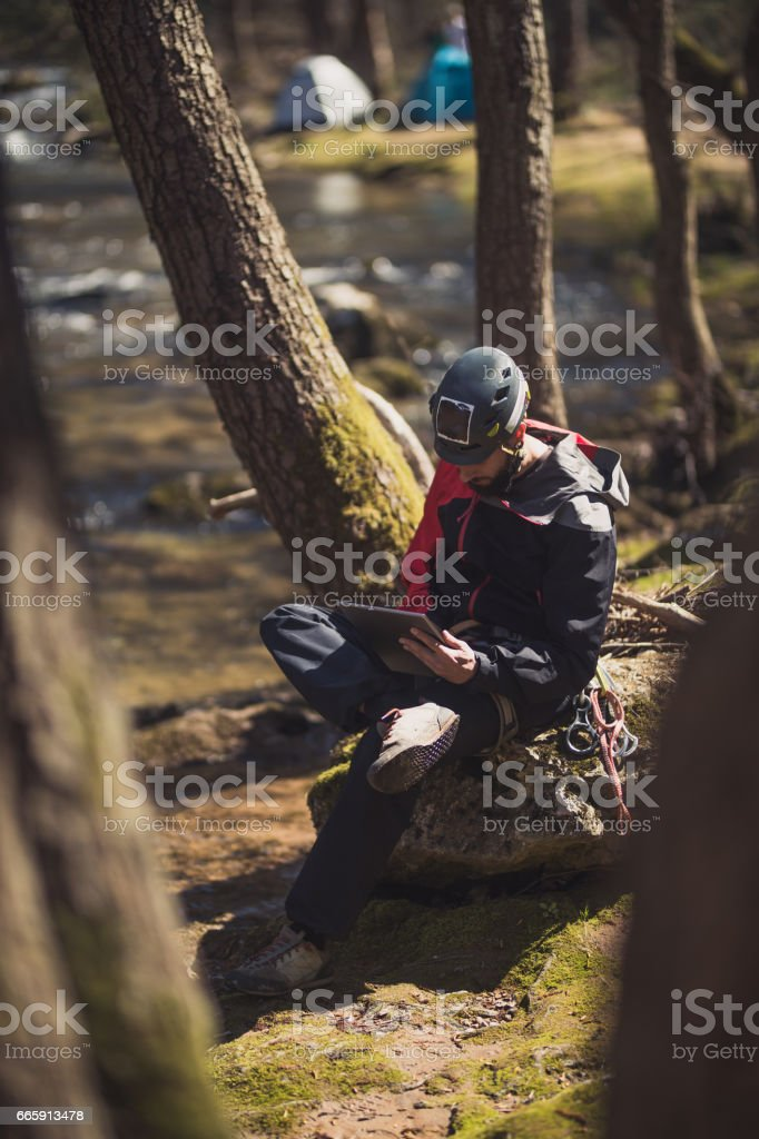 Man enjoying nature with tablet foto stock royalty-free