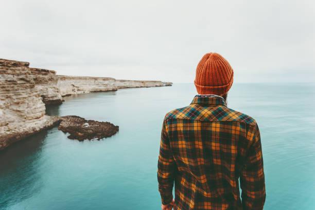 Mann genießen Blick auf kalten Meer Reisen Fashion Lifestyle orange Hut und gemütliche Shirt Kleidung Harmonie mit der Natur authentische Style-Konzept – Foto