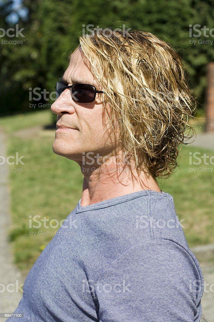 Mann, genießen einen sonnigen Tag im park Lizenzfreies stock-foto