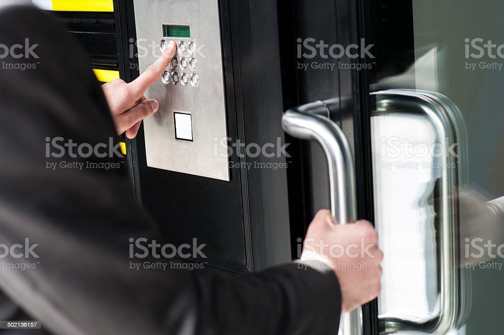 Homem digitando o Código de segurança para desbloquear a porta - foto de acervo