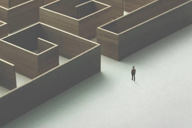 mann in labyrinth aus holz - einfache holzprojekte stock-fotos und bilder