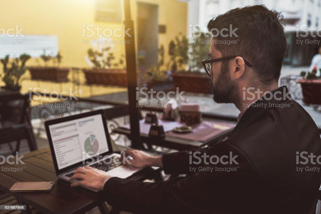 Mann-Unternehmer in Straße Restaurant mit netbook – Foto